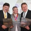 Stiftungsvorsitzende Stephanie Egerland-Rau bei der Preisübergabe an Landrat Klaus Peter Söllner und Oberbürgermeister Henry Schramm