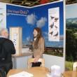 Birgit Lind (Rheinische Stiftung Kulturlandschaft) im Gespräch mit einem Besucher des Standes (Foto: H. Rohr)