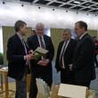 Der Geschäftsführer der Stiftung im Gespräch mit Ministerpräsident Peter Harry Carstensen, Innenminister Klaus Schlie und Wirtschaftsminister Jost de Jager aus Schleswig-Holstein